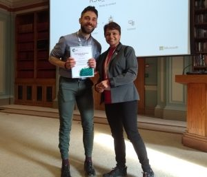 Sacha Fop, University of Aberdeen, being presented with his prize certificate by Pooja Goddard (RSC Dalton/Loughborough University). Photo © Royal Society of Chemistry